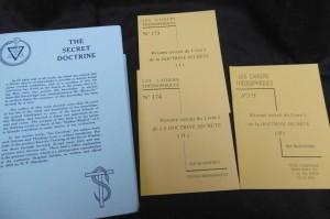 Photo couverture de la The Secret Doctrine et son Résumé en Cahiers Théosophiques 173 à 175